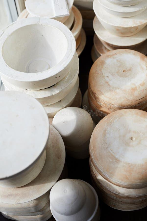 手工制造陶瓷在车间 库存图片