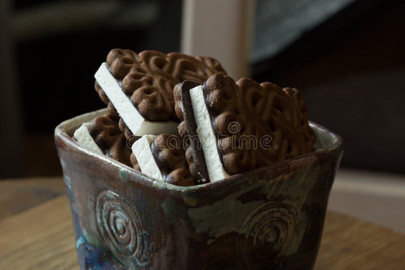 手工制造陶瓷板材用巧克力乳状饼干 免版税库存照片