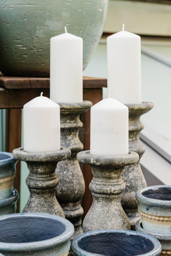 手工制造陶瓷蜡烛忠心于大蜡烛在装饰商店 库存图片