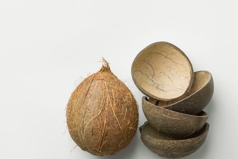 手工制造食物碗的整个椰子和一半壳模子 塑料自由零的废物能承受的eco友好的可再用的材料 免版税库存图片