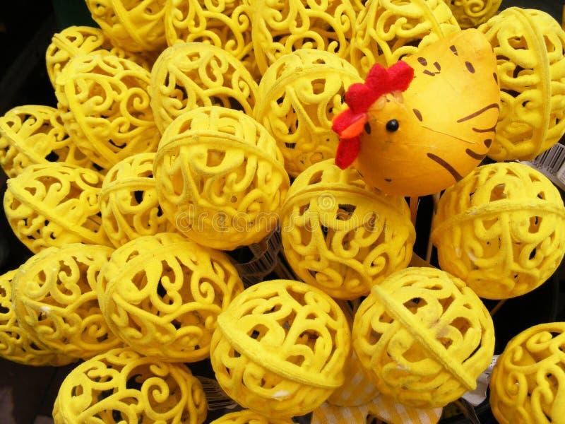 手工制造黄色复活节分支用对此的五颜六色的鸡蛋 免版税库存照片