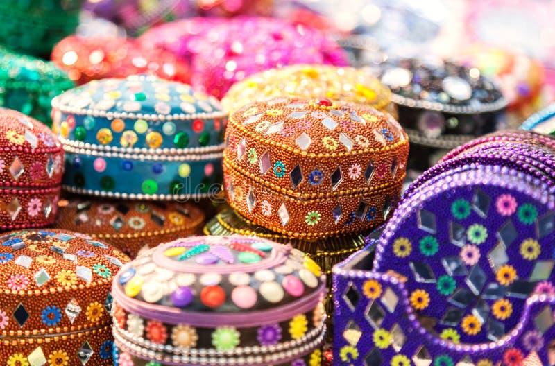手工制造 在印地安marke的各种各样的另外五颜六色的小箱 库存照片
