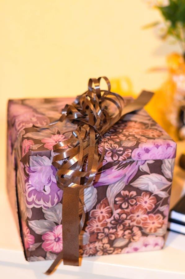 手工制造紫色礼物 免版税库存图片