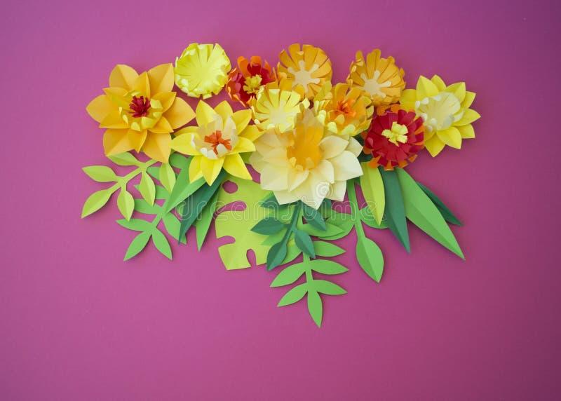 手工纸的五颜六色的构成在木背景的 Papercraft花 库存图片