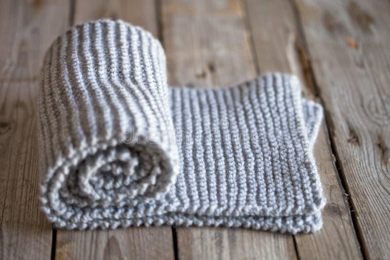 手工编织的灰色围巾 库存图片