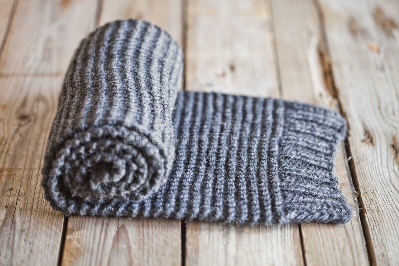 手工编织的灰色围巾 免版税图库摄影