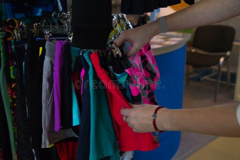 手工观察立场上色了体育裤子妇女挑选购物 库存图片