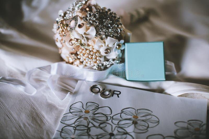手工造别针花束和结婚戒指 库存照片