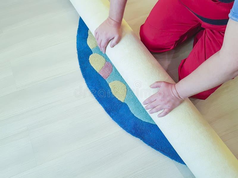 手工,展开在房子的地板上的工作地毯 免版税库存图片