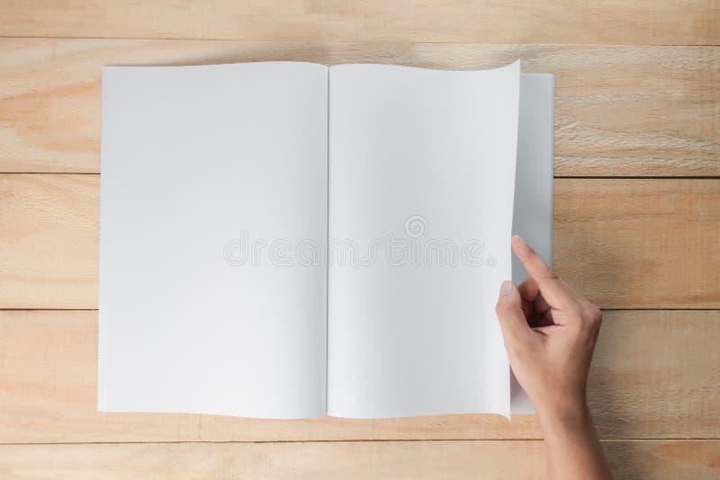 手开放空白的书或杂志 库存照片