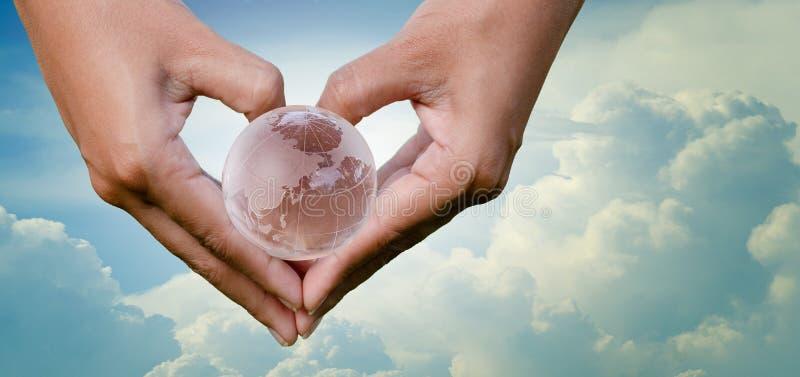 手心脏地球天空救球环境世界地球日4月22日 库存照片