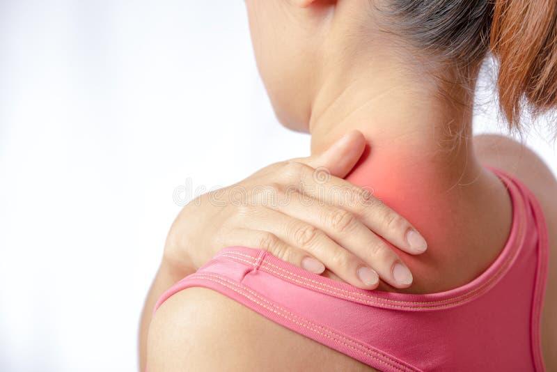 手感人的斜方肌肌肉区域 免版税库存图片