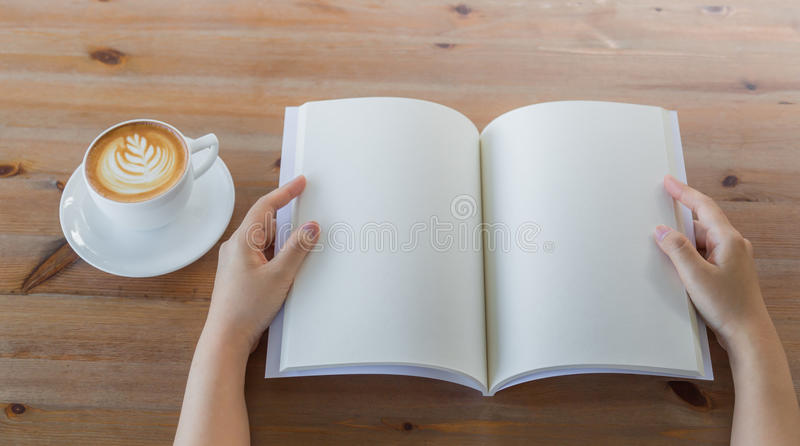 手打开空白的编目,杂志,书嘲笑在木桌上 库存图片