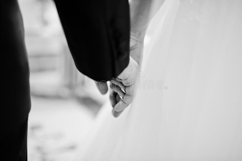 手拉手关闭婚礼夫妇 北京,中国黑白照片 免版税图库摄影