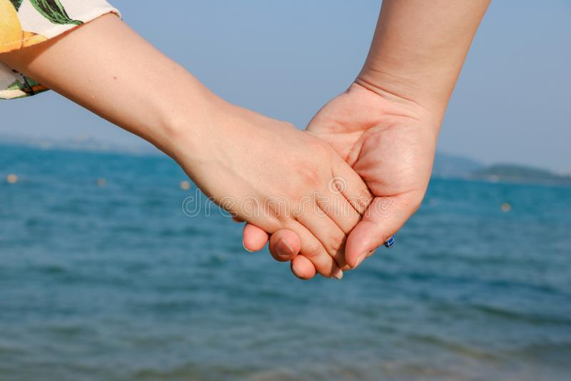 手拉手美好的年轻夫妇 库存图片
