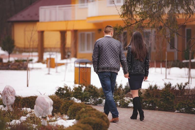 手拉手走在公园的夫妇 免版税库存图片