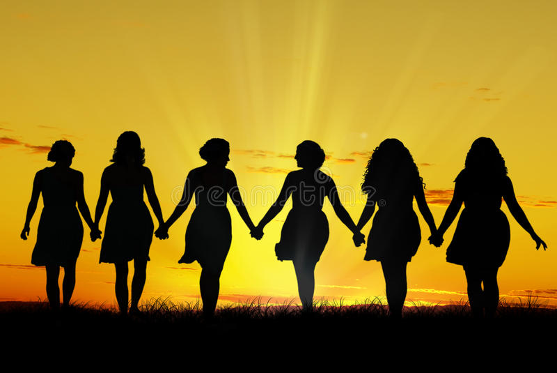 手拉手走的妇女 免版税库存图片