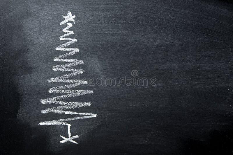 手拉的乱画圣诞树白垩黑板以螺旋形式 新年贺卡海报横幅 库存照片