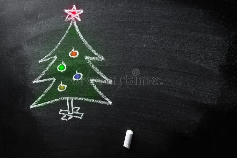 手拉的乱画圣诞树白垩黑板哄骗样式色的新年贺卡海报横幅模板 免版税图库摄影