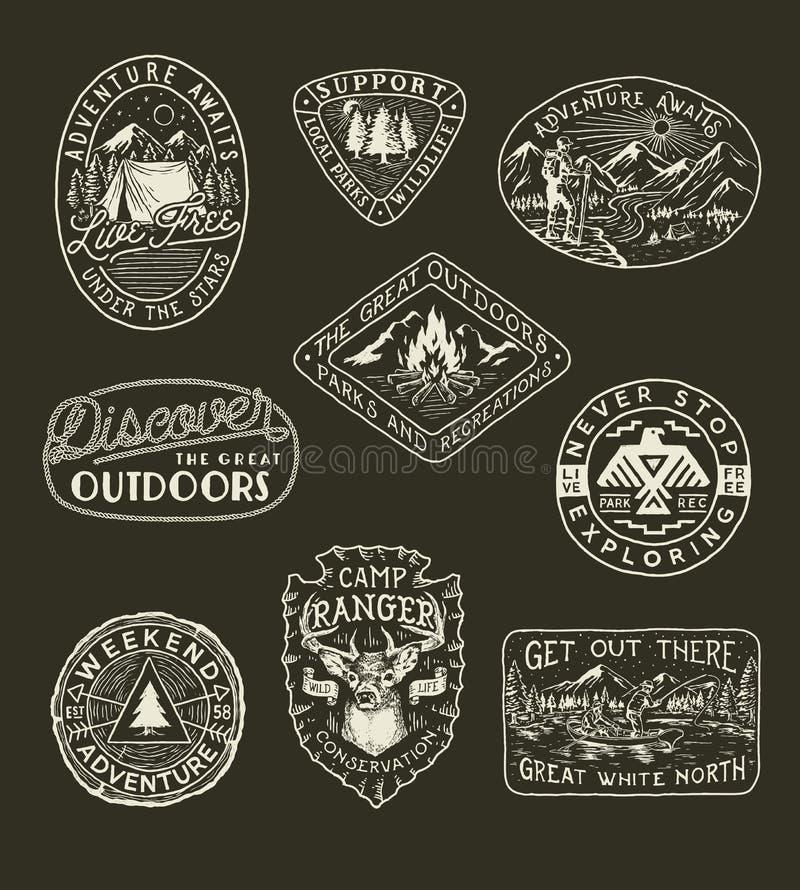 手拉的冒险,野营,自然、旅行象征和补丁的汇集 库存例证
