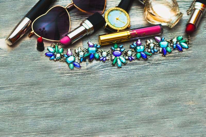 手拉的时尚剪影平的鞋子,传动器,唇膏,构成粉末,手表,香水,花箱子,玻璃 魅力时尚 免版税库存图片