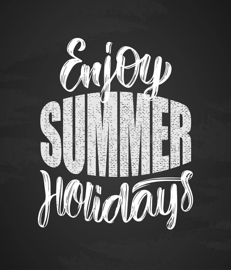 手拉的类型Enjoy在黑板背景的暑假字法构成  向量例证