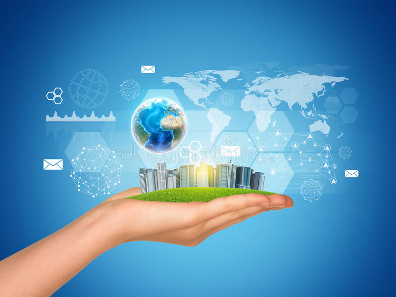 手拿着摩天大楼城市 地球地球, 免版税图库摄影