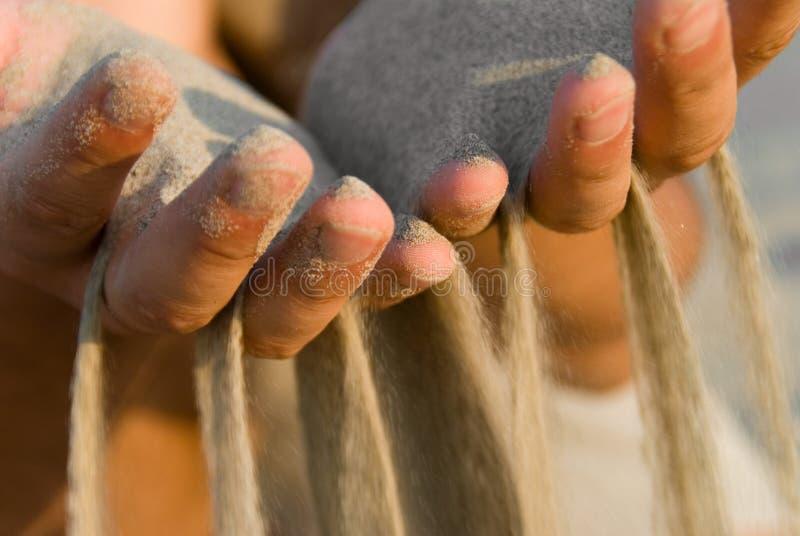 手指流的沙子 库存照片