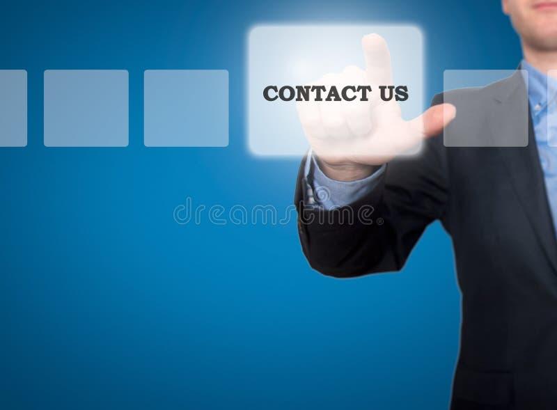 手按的商人与我们联系在触摸屏int上的按钮 库存照片