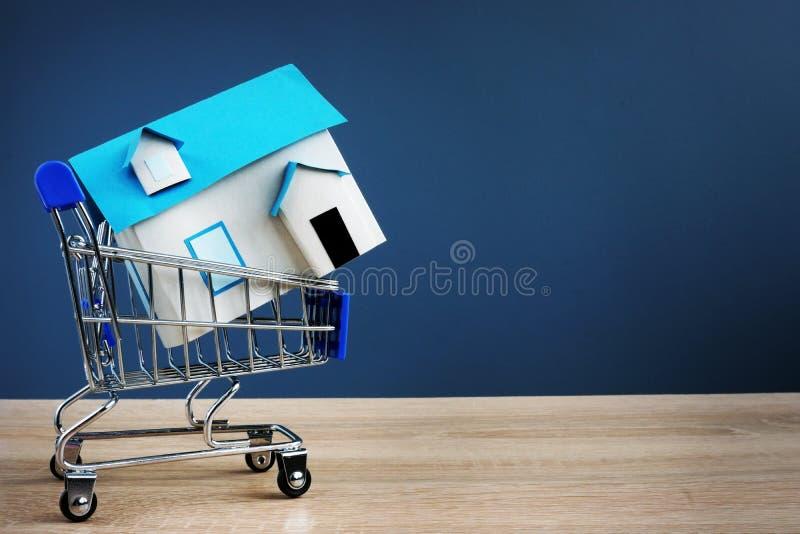 手推车和小屋 买的房地产概念 图库摄影