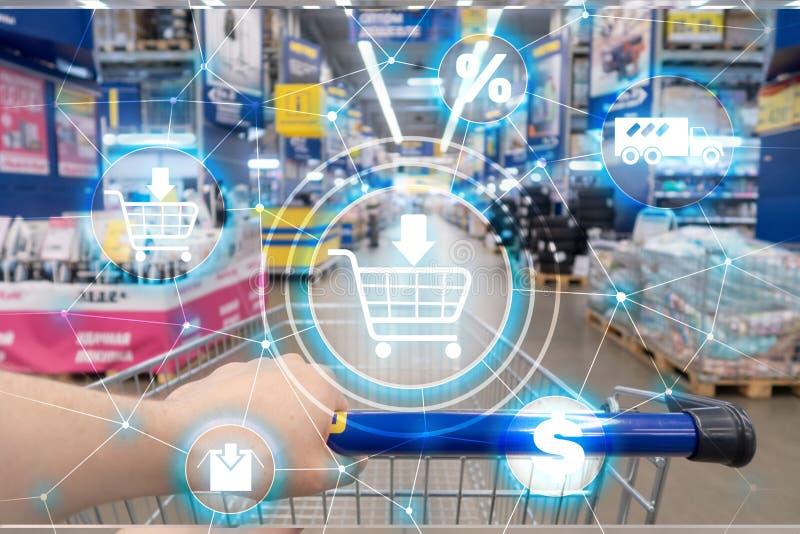 手推车电子商务销售渠道在超级市场背景的发行概念 免版税图库摄影