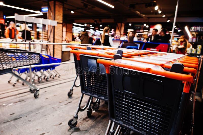 手推车行在超级市场的 免版税图库摄影