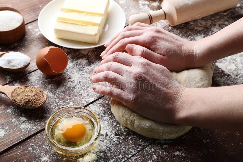 手揉面团和黄油 免版税库存照片