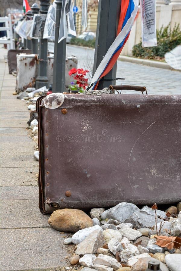 手提箱和石头作为纪念品纳粹职业的在布达佩斯 免版税图库摄影
