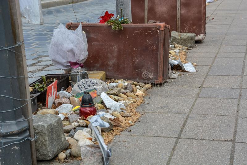 手提箱和石头作为纪念品纳粹职业的在布达佩斯 库存照片