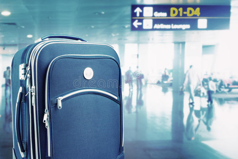 手提箱在机场 库存图片