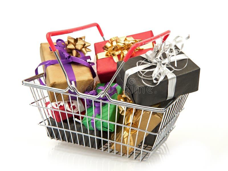 手提篮充满圣诞节礼物 免版税库存照片