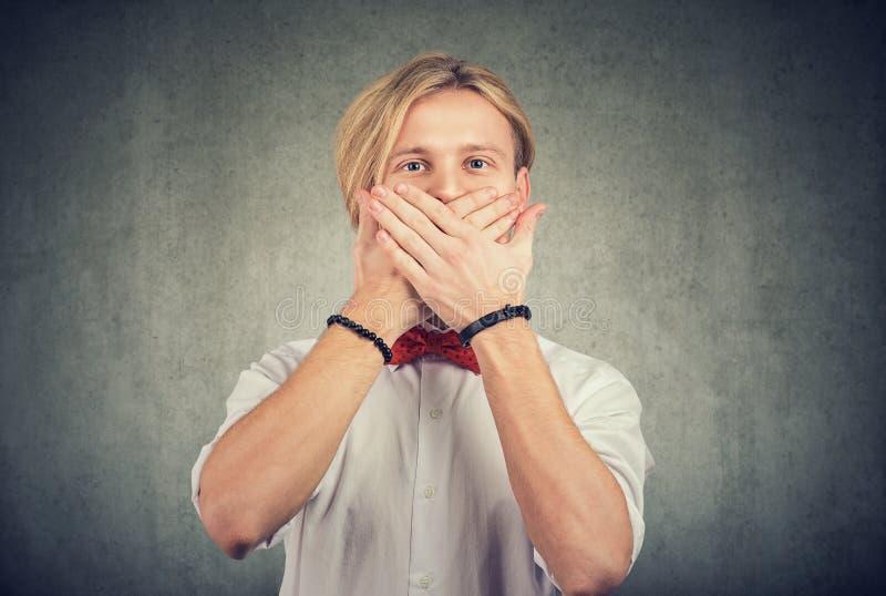 手握嘴势的男人 免版税库存图片