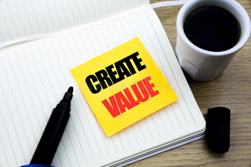 手文字文本说明启发陈列创造价值 创造的在稠粘的便条纸写的刺激企业概念, 库存照片