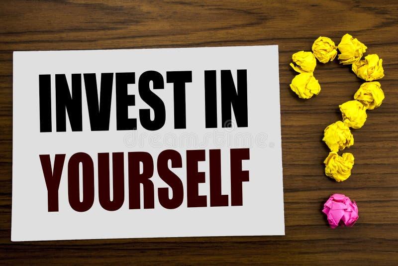 手文字文本说明启发陈列在你自己投资 在白色便条纸写的自已刺激的企业概念 图库摄影