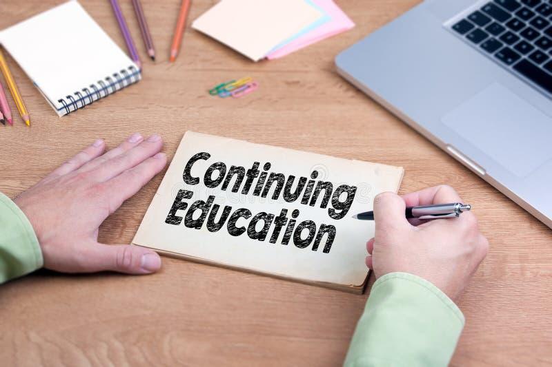 手文字继续教育 有膝上型计算机和文具的办公桌 免版税库存照片