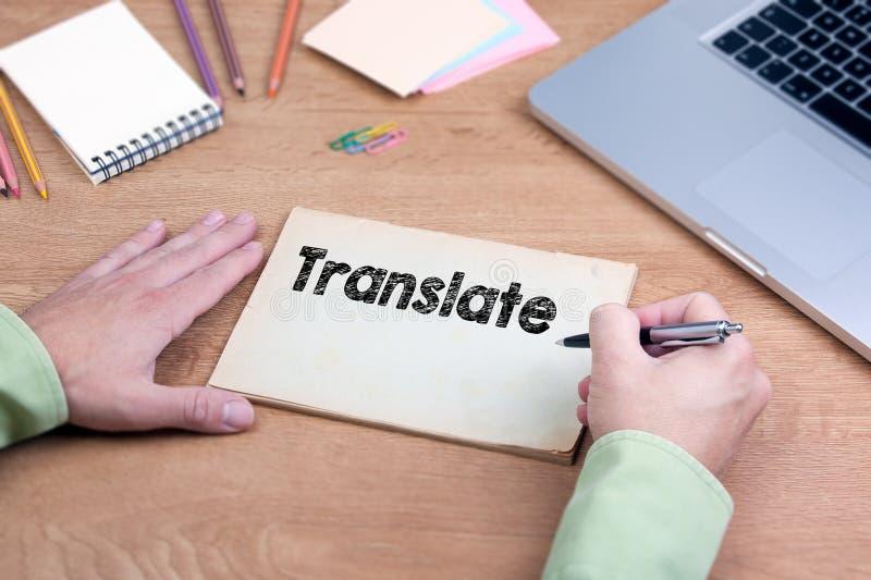 手文字翻译 有膝上型计算机和文具的办公桌 库存图片