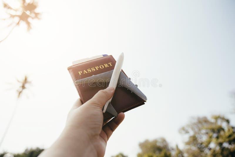 手旅行航空的藏品护照的关闭 图库摄影