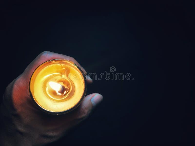 手是holdind蜡烛,希望概念 库存图片