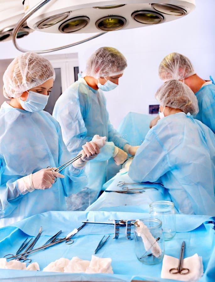 手术室外科医生工作 免版税库存照片