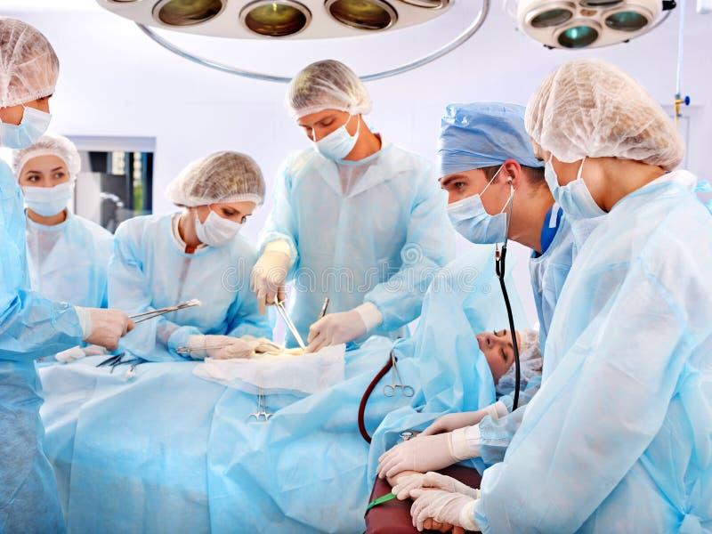 手术室外科医生工作 免版税图库摄影