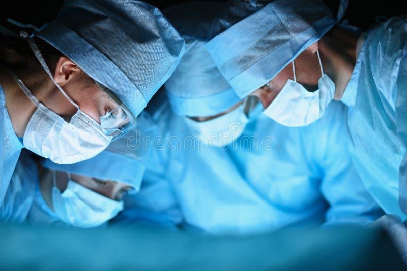 年轻手术队在手术室 库存照片