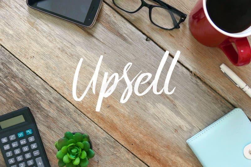手机、太阳镜、一杯咖啡,笔、笔记本、植物和计算器顶视图在木背景写与 免版税库存照片