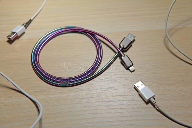 手机充电器缆绳桌背景没人 库存照片