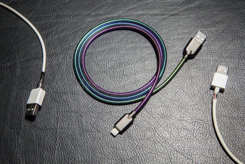 手机充电器缆绳皮革背景没人 免版税库存图片